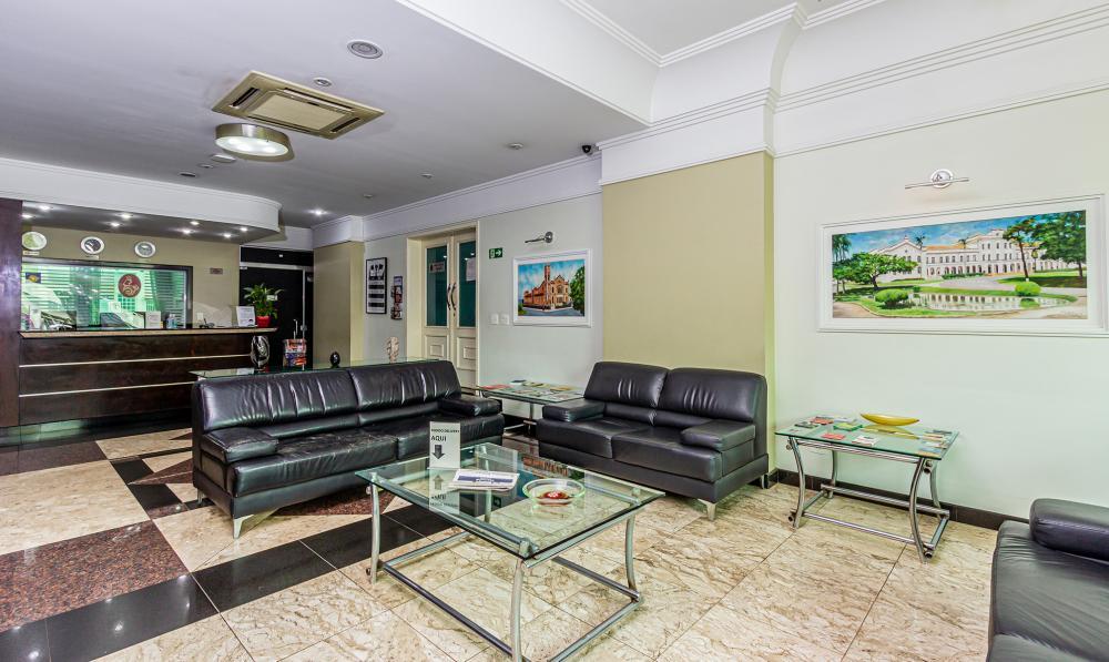Apartamento mobiliado em região central da cidade com 01 dormitório, sendo suíte, cozinha, sala de estar e jantar e lavabo. Com cama, mesa, cadeiras, microondas, sofá, TV e ar condicionado.