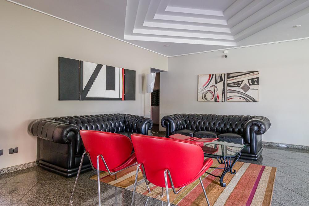 Agradável apartamento próximo ao fórum,possui 106,05 metros, com ampla sala 2 ambientes com sacada, 3 dormitórios com armários sendo 1 suíte com hidromassagem, banheiro social com gabinete e box. Possui cozinha planejada, living com cristaleira, área de serviço com armário e banheiro e 2 vagas de garagem cobertas.  Aceita financiamento e FGTS.