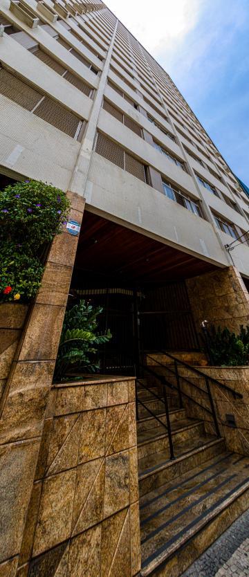 Apartamento no centro da cidade, Sala ampla com 2 ambientes , cozinha planejada, lavanderia com uma dispensa, 3 dormitórios sendo 1 suite. 1 vaga de garagem.
