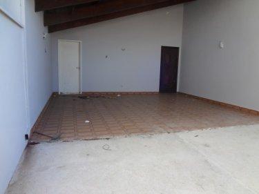 Casa próxima ao terminal de ônibus Vila Sônia, com sala 2 ambientes, ampla cozinha, banheiro, 3 dormitórios, sendo 2 suítes. 5 vagas de garagem. Acabamento em porcelanato. Edícula com 1 dormitório, cozinha e banheiro. Aceita financiamento e FGTS.
