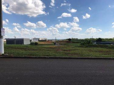 Excelente terreno em condomínio fechado para uso comercial/ industrial medindo 400 m², plano. Estuda parcelamento.