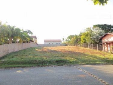 Excelente terreno com área de 1000m² (20x50m), localizado próximo ao lago e a área de lazer do condomínio. Estuda financiamento.