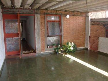 Sobrado próximo da Av. Luciano Guidotti com sala, sala de jantar, cozinha, 2 dormitórios, banheiro social e quintal. 2 vagas cobertas. Aceita financiamento e FGTS.