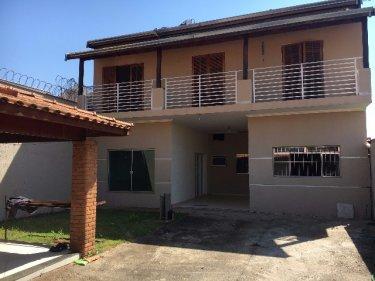 Casa sobrado com 250m² de área útil em 250m² de terreno. Com 2 salas, lavabo, cozinha com lavanderia, 3 dormitórios sendo 1 suíte e vaga para 2 veículos. Aceita financiamento.