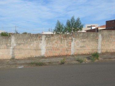 Terreno com vocação comercial na principal rua do bairro, com 206m² (7 metros x 29 metros), plano. Não aceita financiamento e FGTS.