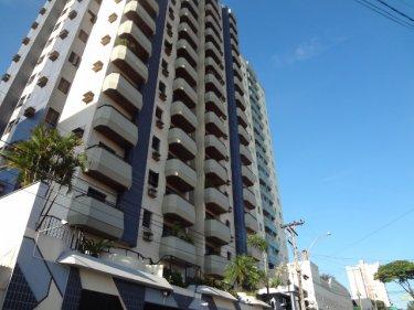 Belíssimo apartamento com 130m², com 3 dormitórios com 1 suíte, totalmente reformado, com armários nos dormitórios, cozinha planejada, sinteco novo, garagem, ótima localização. Aceita financiamento e FGTS.