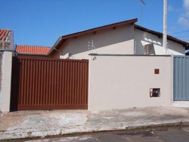 Residência nova com 127,05 M² de terreno e  62,61 M² de construção em excelente localização. Contendo dois dormitórios, banheiro social, cozinha integrada com a sala, lavanderia e 3 vagas de garagem. Aceita Financiamento e FGTS.