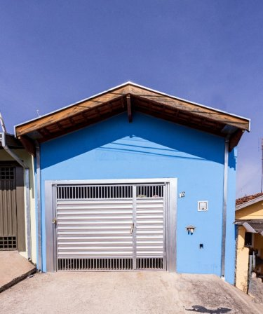 Imóvel em rua tranquila contendo 2 dormitórios, sala, cozinha com gabinete, banheiro social com gabinete, lavanderia coberta, quintal e 1 vaga de garagem. Aceita financiamento.