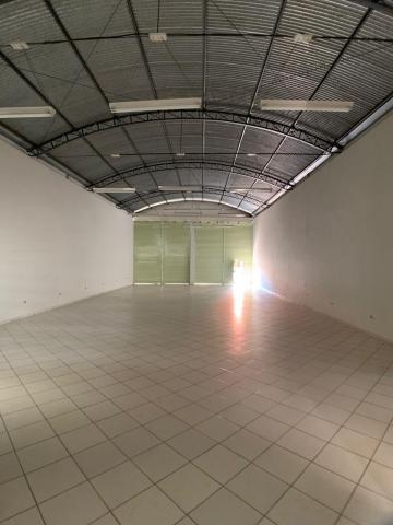 Excelente salão com 10 metros de fachada e 200 m2 de vão livre, contendo copa ,01 sala com banheiro privativo e quintal com mais 2 banheiros.