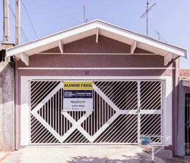 Casa em Santa Terezinha próximo a vários comércios com 110m² contendo sala, 02 dormitórios, banheiro social com box, cozinha com gabinete, área de serviço coberta. 02 vagas de garagem