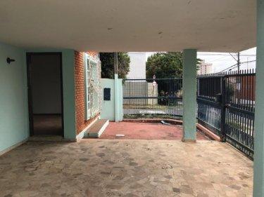 Casa com vocação comercial e bairro nobre da cidade contendo 200m² de terreno e 147m² de construção sendo sala 2 ambientes, cozinha, banheiro social, 3 dormitórios sendo 1 suíte. Aceita Financiamento e FGTS.