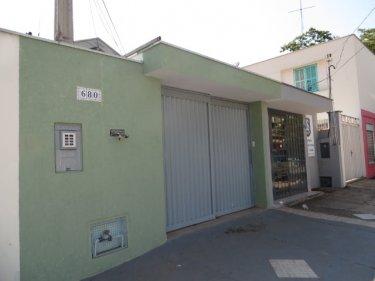 Casa em excelente bairro, com 2 dormitórios, sendo 01 com armários planejados, cozinha com gabinete, banheiro com box e gabinete. 01 vaga de garagem coberta.