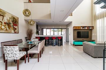 Excelente sobrado diferenciado no Condomínio Lazuli, contendo 230m² de terreno e 224m² de área construída. Ampla sala 2 ambientes com pé direito alto, lavabo, cozinha americana planejada, espaço gourmet com churrasqueira, quintal com jacuzzi e paisagismo. Piso superior com 03 dormitórios sendo 1 suíte com closet, sala de TV, banheiro social, 02 dormitórios com armários planejados e sacada.  02 vagas de garagem. Estuda financiamento e FGTS.