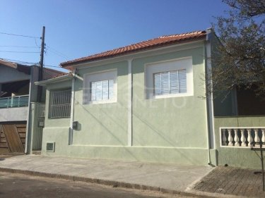 Casa em bairro tranquilo contendo sala, cozinha, banheiro e 2 dormitórios.    Casa de fundo contendo sala, cozinha com gabinete, banheiro, dormitório, área de serviço e quintal.