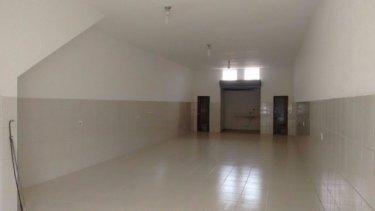 Salão comercial contendo 103 m² de construção, com 90 m² de vão livre, 2 banheiros e copa.