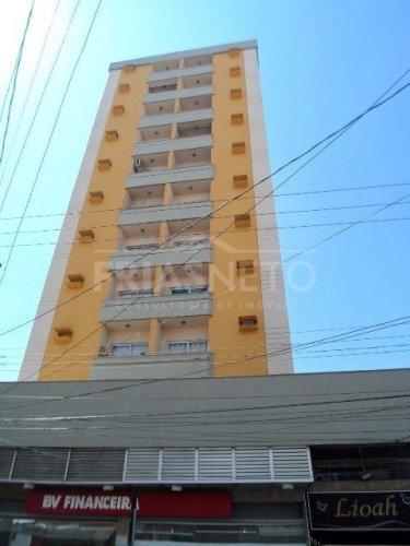 Apartamento no centro de Piracicaba, sala com sacada, 1 dormitório com armário embutido, banheiro social com box e gabinete, cozinha com gabinete e armário, área de serviço e 1 vaga de garagem coberta.