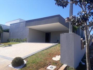 Linda casa térrea localizada no Condomínio Alphaville. 245m2 distribuídos em 3 generosas suítes com closet, sala ampla integrada a cozinha, espaço gourmet, lavanderia e piscina. 4 vagas de garagem.