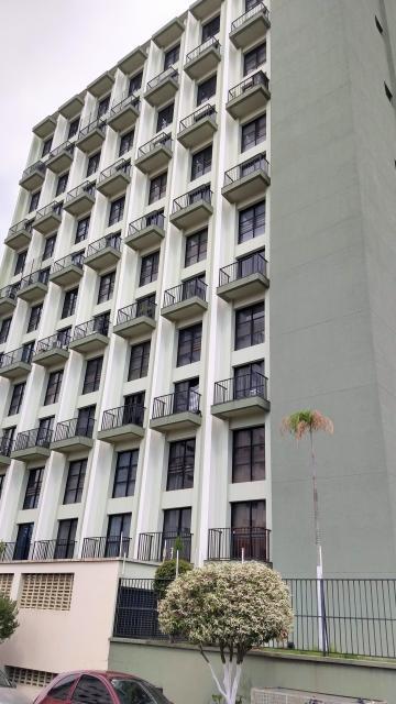 Apartamento com excelente localização à 100 metros da escola agricultura Luiz de Queiroz, com 1 dormitório, sala com sacada, lavabo, cozinha com gabinete e armário embutido, 1 vaga. Não aceita financiamento.