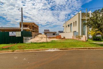 Excelente terreno plano com 302,36 m², muito bem localizado e com casas vizinhas construídas. Não aceita financiamento.