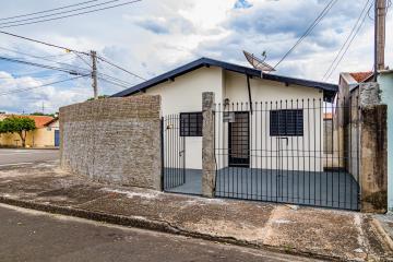 Casa reformada com 2 dormitórios, banheiro, cozinha com gabinete e amplo quintal.