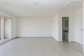 Sala comercial em excelente localização com 42,36m² com ótimo acabamento contendo banheiro e varanda. 01 vaga de garagem. O condomínio oferece 02 elevadores sociais e outro com dimensões para maca, mall com espaço para várias lojas.
