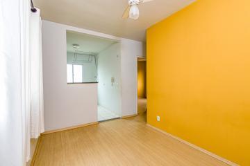 Apartamento em ótima localização, 2 dormitórios com ventilador de teto, sala em piso laminado e ventilador de teto, cozinha com gabinete e armários, área de serviço, banheiro com gabinete e box em vidro temperado, 1 vaga de garagem, salão de festas.