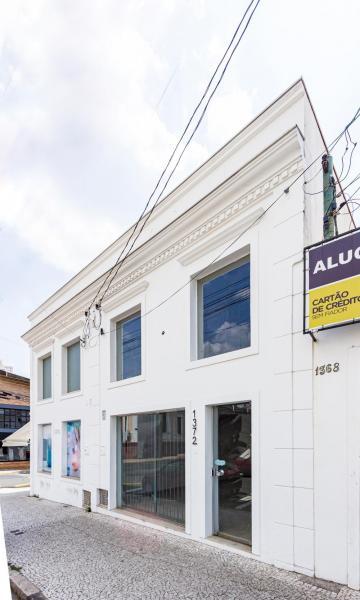Salão comercial em ótima localização central com 100m² de vão livre, 02 banheiros e copa.