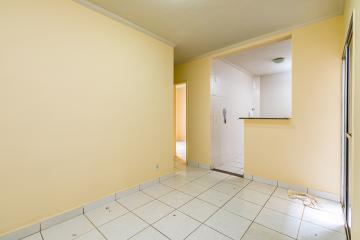 Charmoso apartamento com 45 m², possui sala e gardem, cozinha integrada, 2 dormitórios, banheiro social com blindex. 1 vaga descoberta.