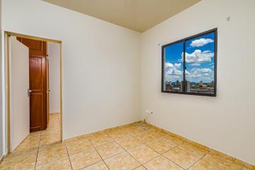 Lindo apartamento com 33 m² em excelente localização, contém: 1 dormitório com armário embutido, sala, cozinha com gabinete e armários, banheiro com box, lavanderia, 1 vaga coberta.
