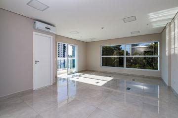 Linda sala comercial, em ótima localização. Fino acabamento, piso em porcelanato, 2 banheiros e ar condicionado.  Digimobi
