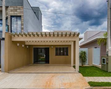 Casa em condomínio com 198m² de terreno e 140m² de construção contendo sala, cozinha com gabinete, 03 dormitórios sendo 01 suíte, banheiro social com gabinete e box, área externa com lavanderia e churrasqueira.