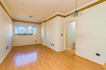 Apartamento em ótima localização, completo de armários, com sala 2 ambientes, 3 dormitórios com armários, sendo 1 suíte, banheiro com box e gabinete, cozinha com armários e área de serviço. 1 vaga de garagem.
