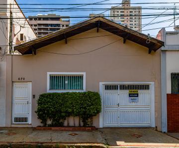 Residencia em ótima localização, próximo a área  central, com 220 m2 de terreno,  206 m2 de construção, com 2 dormitórios, 1 suíte, banheiro social, sala de estar, cozinha e quintal. 1 vaga na garagem.