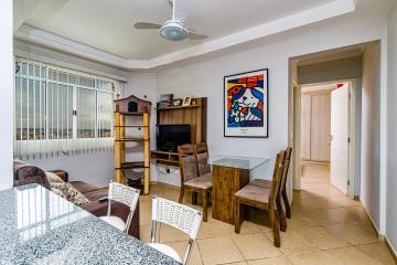 Apartamento  em bairro consolidado com 1 dormitório, sala, cozinha com armários e 1 garagem. Aceita financiamento.