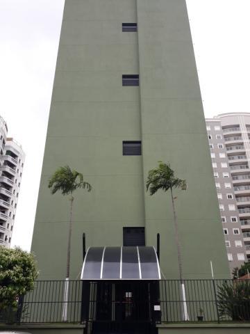 Loft com 40 m², sala com sacada e persiana, lavabo, cozinha, suíte, banheiro com gabinete e box, 1 vaga. Excelente localização.