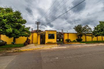 Casa em agradável condomínio com 72m² contendo 3 dormitórios com armários sendo 1 suíte, sala, cozinha planejada, banheiro social com box, lavanderia coberta, quintal. 03 vagas de garagem.
