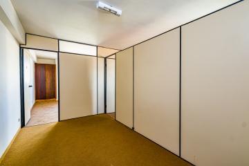 Sala comercial no centro da cidade com recepção, contendo 50 m², 2 salas, sendo 1 com armário, copa e banheiro. Não aceita financiamento.