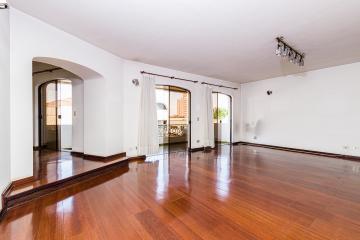 Amplo apartamento no Centro de Piracicaba, ampla sala vários ambientes com sacada, 3 suítes com armários , cozinha planejada, área de serviço e 2 vagas de garagem.   Aceita Financiamento.