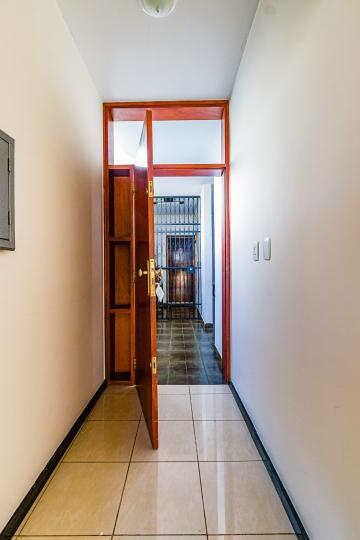 Apartamento em região central com 118m² contendo sala, cozinha planejada, área de serviço, 03 dormitórios com armários sendo 01 suíte, escritório, banheiro social. 01 vaga de garagem.