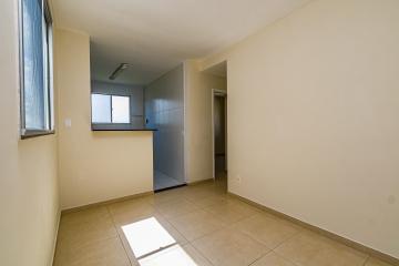 Apartamento de 2 dormitórios com gabinete na cozinha, banheiro com gabinete e box blindex, 01 vaga de garagem. Condomínio oferece portaria 24 horas, campo gramado, churrasqueira, espaço zem e playground.
