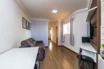 Belo apartamento com planta diferenciada com dois dormitórios com armários, cozinha tipo americana com armários banheiro com box blindex