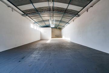 Salão comercial novo em ótima localização, com copa, sala com banheiro privativo e espaço para estoque.
