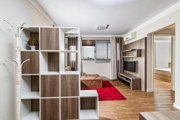 Excelente apartamento em ótima localização próximo ao supermercado Pão de Açúcar, andar alto com vista para cidade. Sala 2 ambientes, 1 dormitório, banheiro social e cozinha com lavanderia.  Apartamento completo com armário embutidos, eletrodomésticos, duas unidades de ar condicionado (Dormitório e sala de estar/Jantar), sofá, mesa de jantar, cadeiras e utensílios de cozinha. Pronto para morar ou alugar. Aceita financiamento e FGTS.  Digimobi