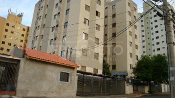 Apartamento bem localizado com 1 dormitório, armário no dormitório, cozinha planejada e 1 garagem de garagem. Aceita financiamento.