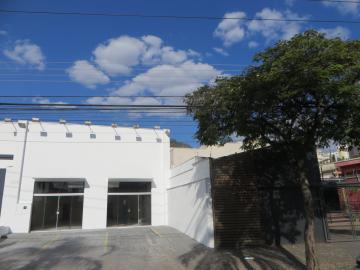 Salão comercial localizado em uma das principais avenidas da cidade com 270m² de vão livre, escritório, área de luz, copa, 2 banheiros, recuo para 4 carros.