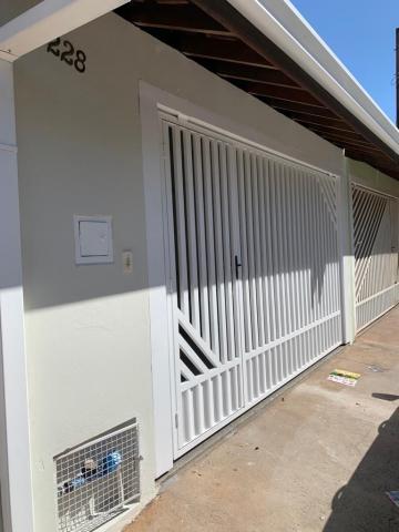 Linda casa contendo 03 dormitórios, sendo 01 suíte, sala, banheiro social com box e gabinete, cozinha com gabinete, lavanderia coberta, quintal, 02 vagas.