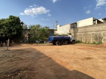 Terreno comercial localizado em avenida com intenso fluxo de veículos, contendo a área de 600 m² (20 m x 30 m). Estuda financiamento.
