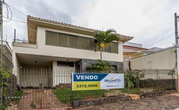 Belo Sobrado com vocação comercial em bairro nobre da cidade com 4 dormitórios com armários, cozinha, armários, sala íntima, escritório, quintal com rancho e garagem.