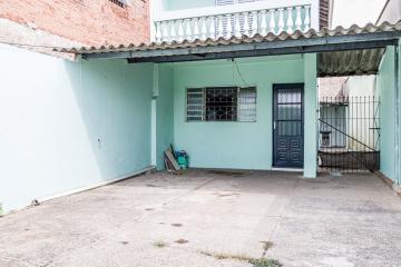 Casa em bairro tranquilo com sala, cozinha com gabinete, 02 dormitórios, banheiro social, lavanderia coberta e amplo quintal. 03 vagas de garagem.