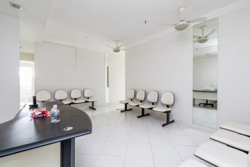 Ampla sala comercial contendo 100 m², sendo 03 sala, 01 sala com banheiro privativo, recepção 02 banheiros e copa. Excelente para escritórios totalmente adaptável para modulação em divisórias.Portaria e estacionamento com vallet